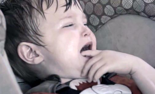 Tak umiera dziecko pozostawione podczas upału w aucie!