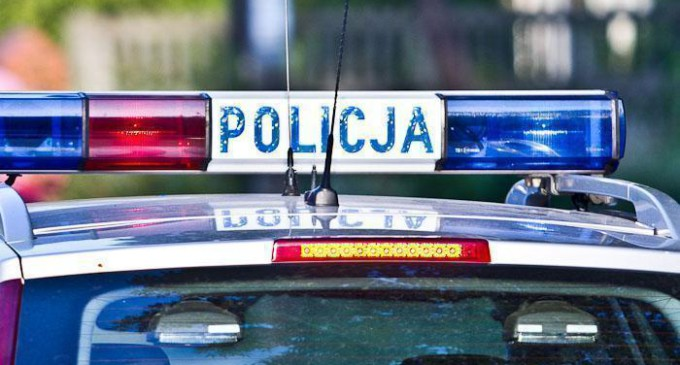 Pijana kobieta leżała pod blokiem, nad nią stała jej 5-letnia córka