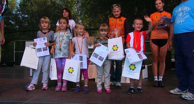 Wyścigi rowerowe najmłodszych na pikniku Lokalni Niebanalni (wideo)