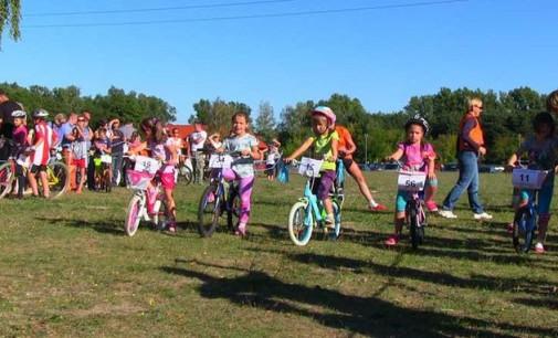 Wyścigi rowerowe dla dzieci i młodzieży na pikniku Lokalni Niebanalni