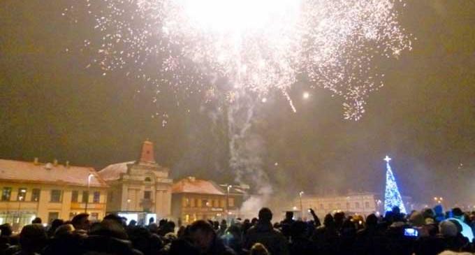 Setki tomaszowian przywitało Nowy 2015 Rok na placu Kościuszki