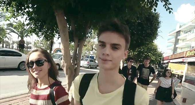 """Młodzi zdolni tomaszowscy aktorzy w Turcji. Teatr """"TRZCINA"""" w Alanyi (wideo)"""