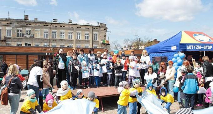 Happening na Placu Kościuszki z okazji Światowego Miesiąca Wiedzy na Temat Autyzmu