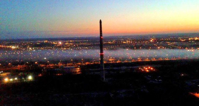 Gęsty dym nad Tomaszowem. Paliło się na składowisku złomu i wysypisku śmieci