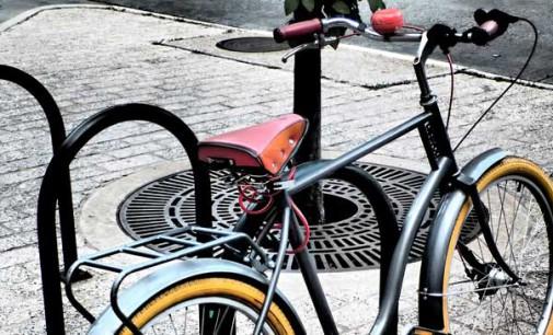Napisz gdzie w Tomaszowie potrzebny jest stojak na rowery