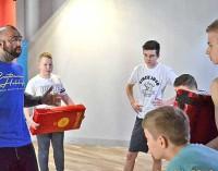 """""""Różal"""" znany polski zawodnik MMA trenował w Tomaszowie młodych adeptów sztuki walki"""
