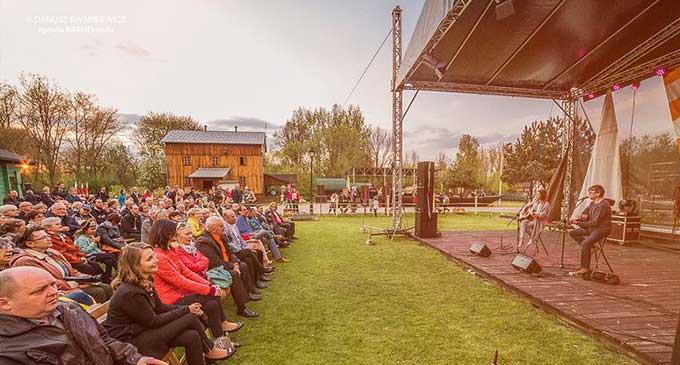Majówka w Skansenie przyciągnęła tłumy. Koncert szant i pożegnanie Andrzeja Kobalczyka