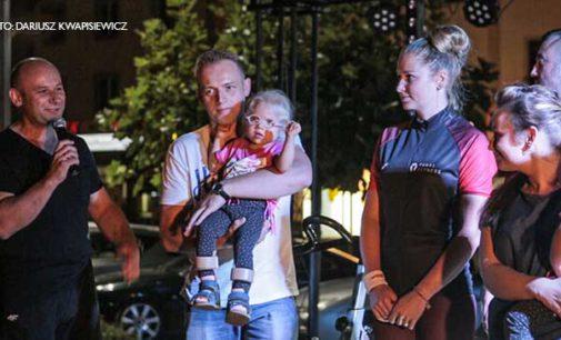 Pojechali charytatywnie dla Zosi Rumińskiej. I Nocny Maraton Rowerowy na pl. Kościuszki
