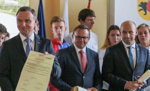 Prezydent Andrzej Duda na wmurowaniu kamienia węgielnego pod budowę hali lodowej w Tomaszowie
