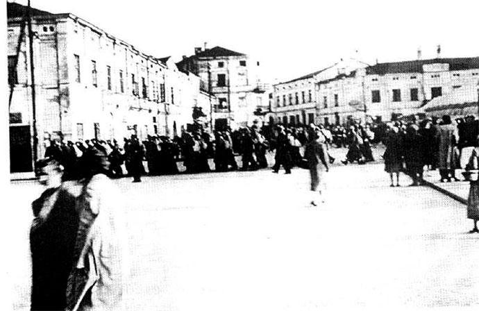 Grupa Żydów prowadzonych do przymusowej pracy przez plac Kościuszki w Tomaszowie Mazowieckim