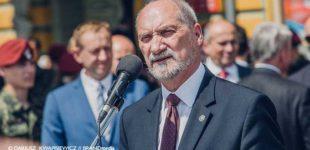 Szef MON Antoni Macierewicz na święcie 25BKPow. w Tomaszowie