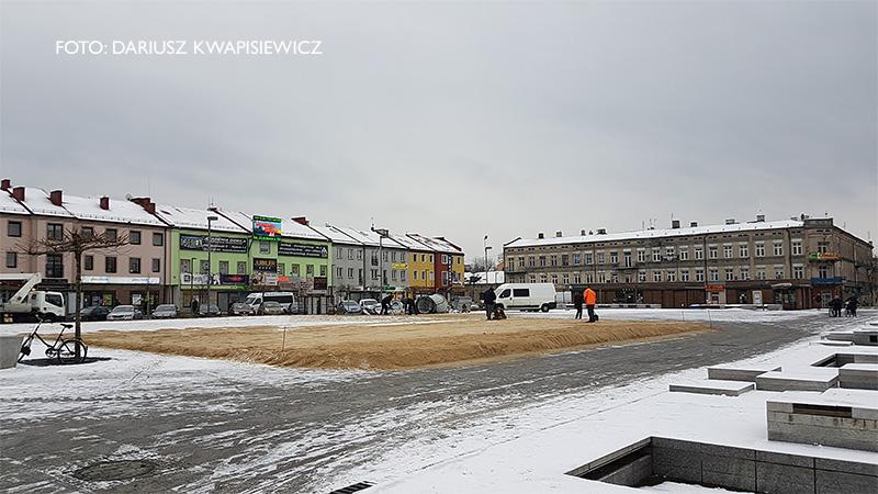 Przygotowania do uruchomienia lodowiska na placu Kościuszki