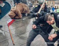 Milicja Obywatelska i ZOMO na placu Kościuszki. Inscenizacja hitoryczna z okazji 35. rocznicy stanu wojennego