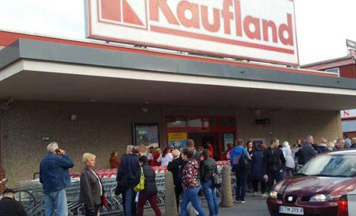 """Zbiórka żywności Caritas """"Tak, POMAGAM!"""" w sklepie Kaufland"""