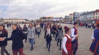 Odtańczyli poloneza na placu Kościuszki (FOTO i WIDEO)