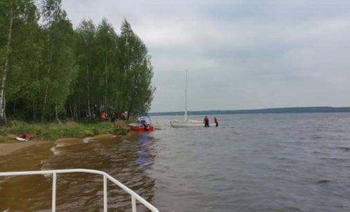 Na Zalewie Sulejowskim przewróciła się żaglówka z 4 osobami na pokładzie