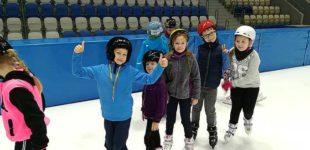 """""""Arenę mamy i się ślizgamy!"""" Grupa 240 uczniów ze Szkoły Podstawowej Nr 1 uczy się jeździć na łyżwach"""