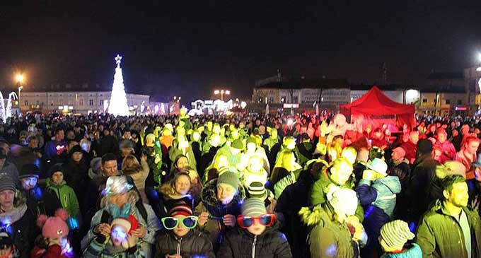 Tomaszowianie powitali Nowy Rok. Na placu Kościuszki bawiło się kilka tysięcy osób