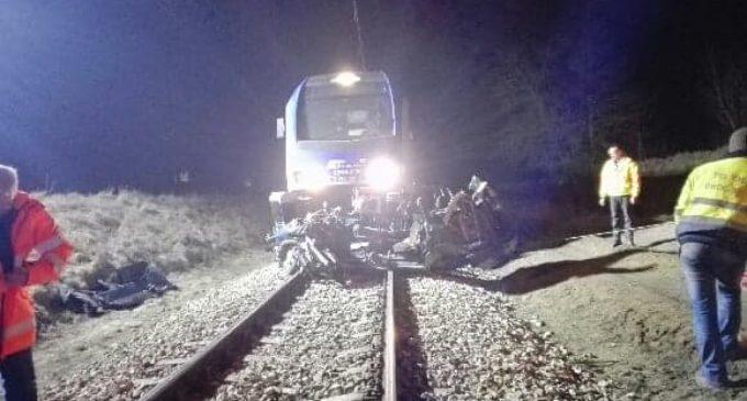 Tragiczny wypadek na przejeździe kolejowym w Ciebłowicach Dużych. Dwie osoby nie żyją