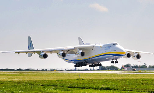 Największy transportowy samolot świata przywiózł do Polski środki do walki z koronawirusem (WIDEO)