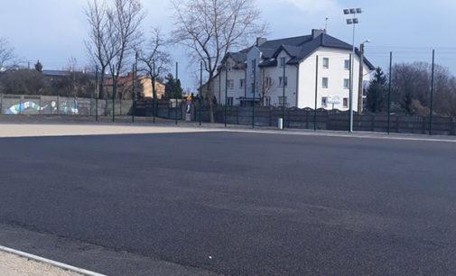 """Budowa boiska przy """"trzynastce"""" na finiszu (FOTO)"""