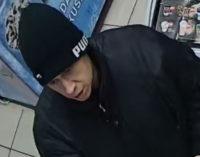 Policja szuka oszusta. Rozpoznajesz tę osobę?
